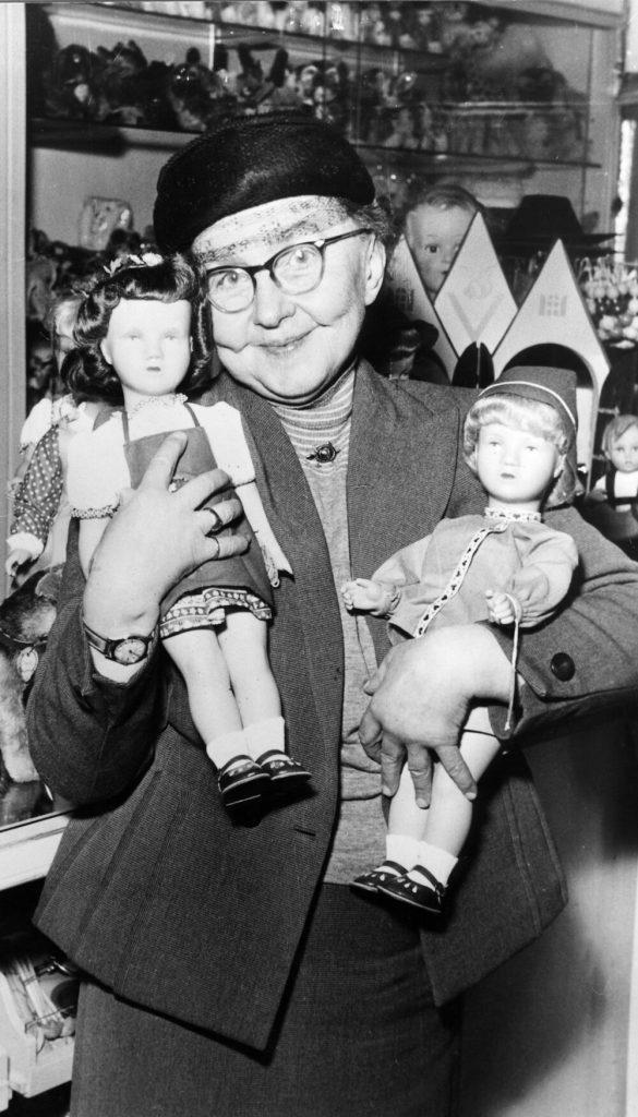 Kruse, Kaethe - Puppenmacherin, mit zwei neuen Modellen im Arm